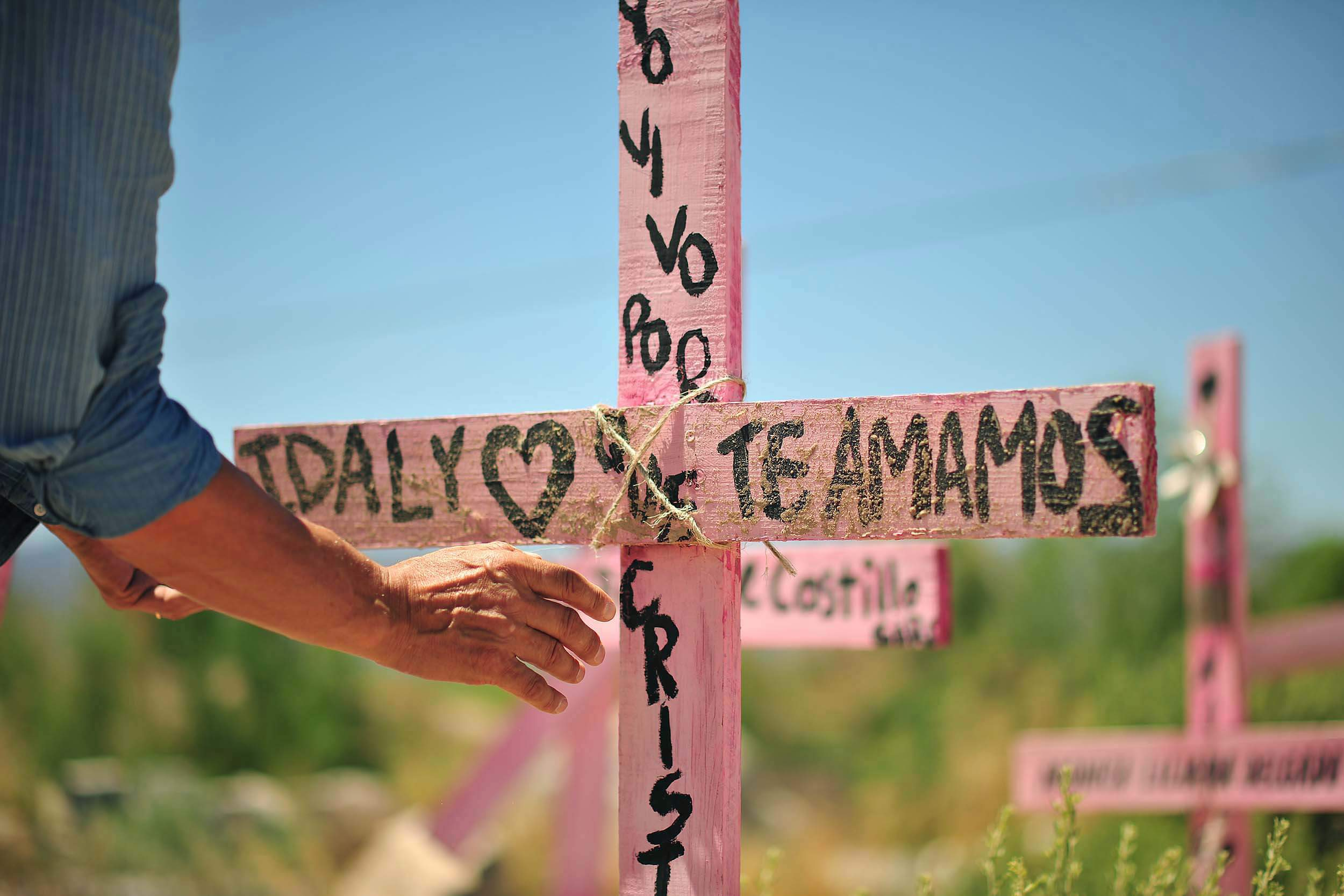 La cruz rosa, un símbolo utilizado por familiares de las víctimas de feminicidio en México, desde el surgimiento de las primeras protestas en Ciudad Juárez, Chihuahua, en la década de los noventa, ante la negligencia, omisiones e impunidad de los casos de violencia contra las mujeres. Foto: Rey R. Jáuregui