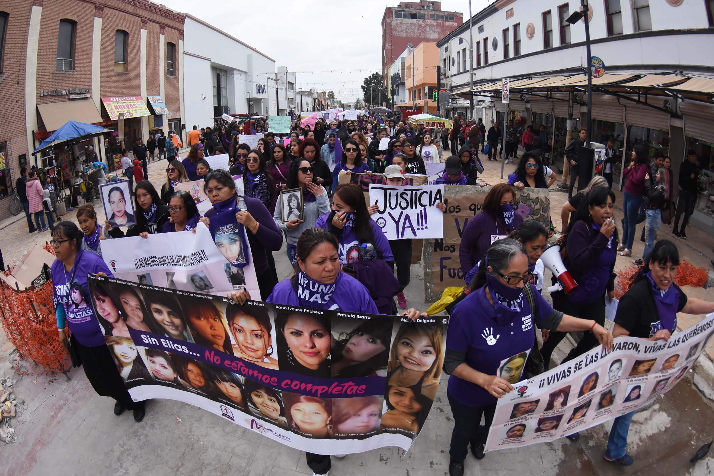 """8 de marzo. Los gritos de """"justicia, ya"""" y """"ni una asesinada más"""" se escucharon con fuerza en el centro de Ciudad Juárez, por donde cientos de mujeres marcharon por las víctimas de desaparición y feminicidio, actividad convocada por la red. Foto: Rey R. Jáuregui"""