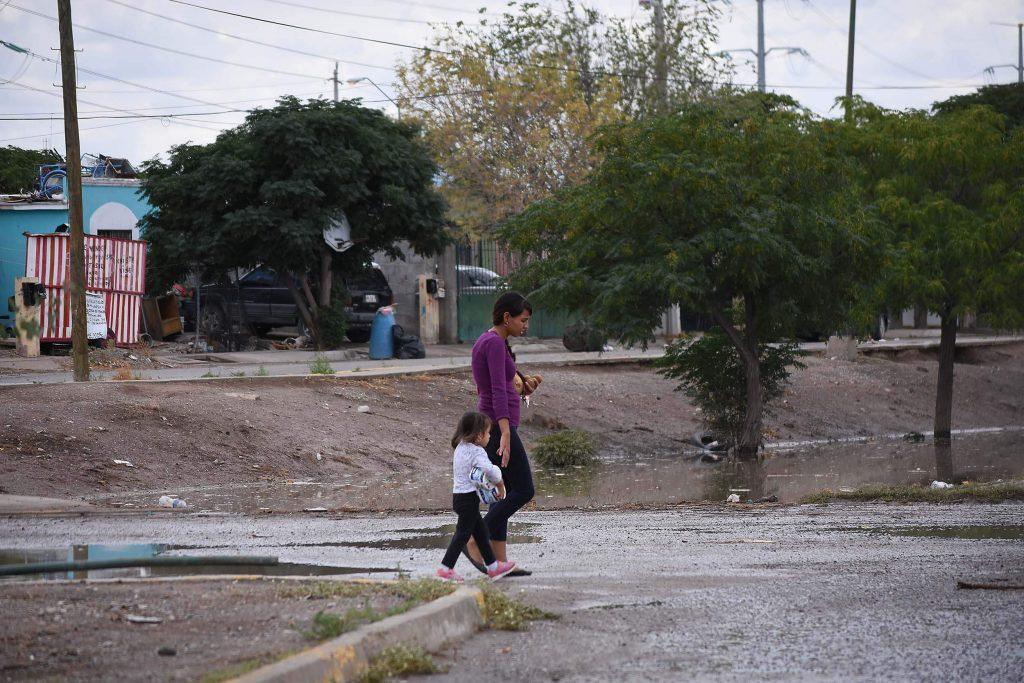 Las pocas familias que aún habitan la colonia Riberas del Bravo suelen tener como jefa a una madre soltera que trabaja en alguna maquiladora. Foto: Rey R. Jáuregui