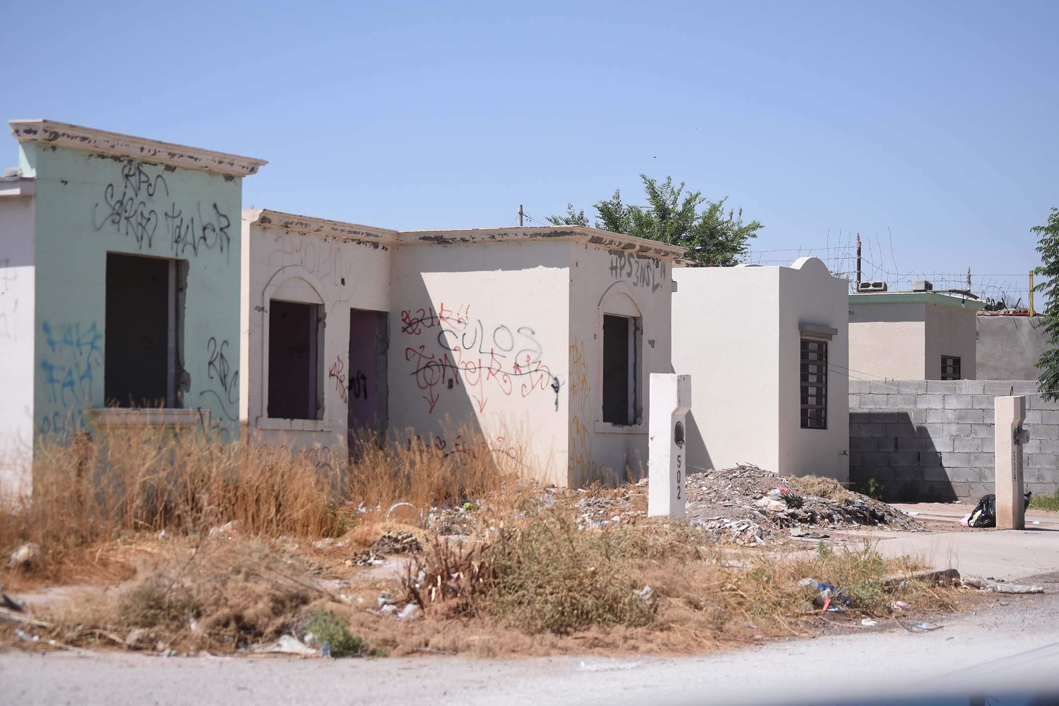 En la colonia Riberas del Bravo, ubicada al oriente de Ciudad Juárez, abundan las casas deshabitadas y en condiciones de abandono. Aunque se han implementado varios programas de gobierno para lograr su recuperación, la problemática se extiende. Foto: Rey R. Jáuregui
