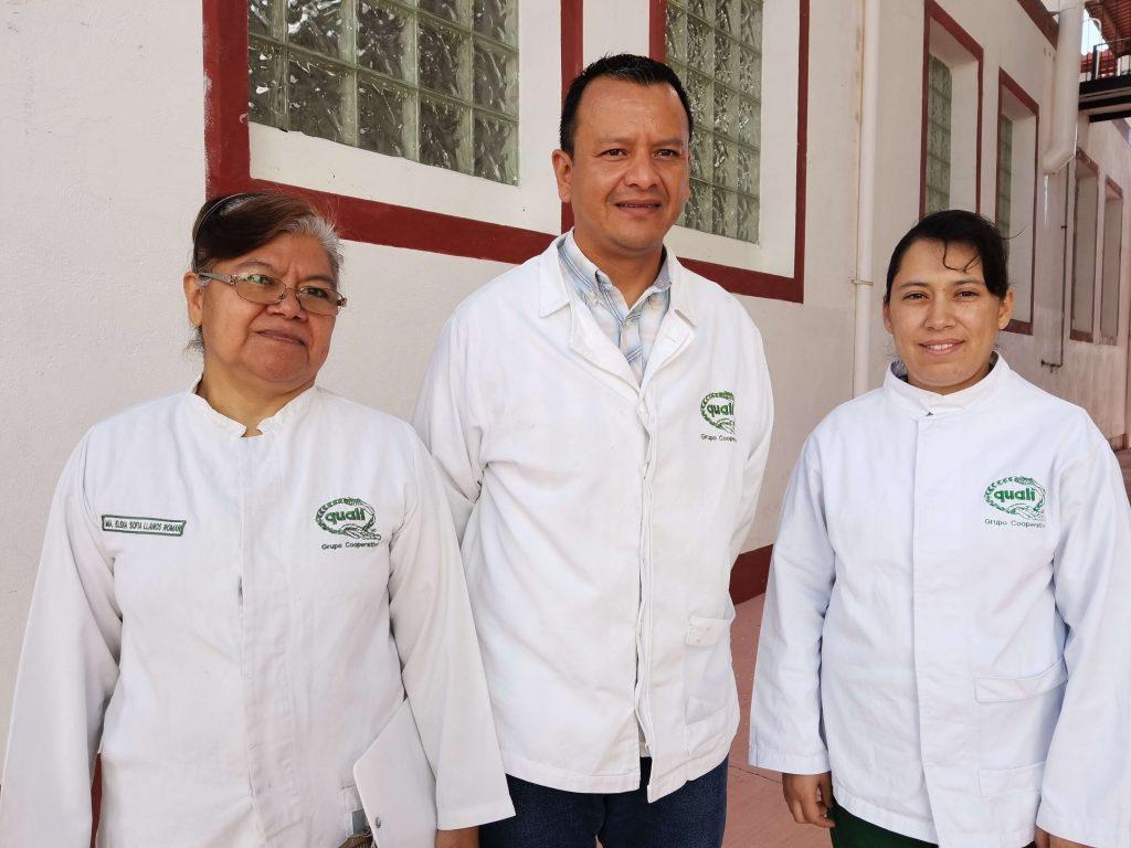 En 2011 Quali obtuvo el Premio Nacional Agroalimentario en la categoría de empresa mediana, convirtiéndose en la única empresa en México que lo ha obtenido ya en tres ocasiones. A la izquierda Sofía Llanos, jefa de Producción; Nicolás Arias, director de la Agroindustria y Vianca Sosa, jefa de Calidad. Foto: León Hernández