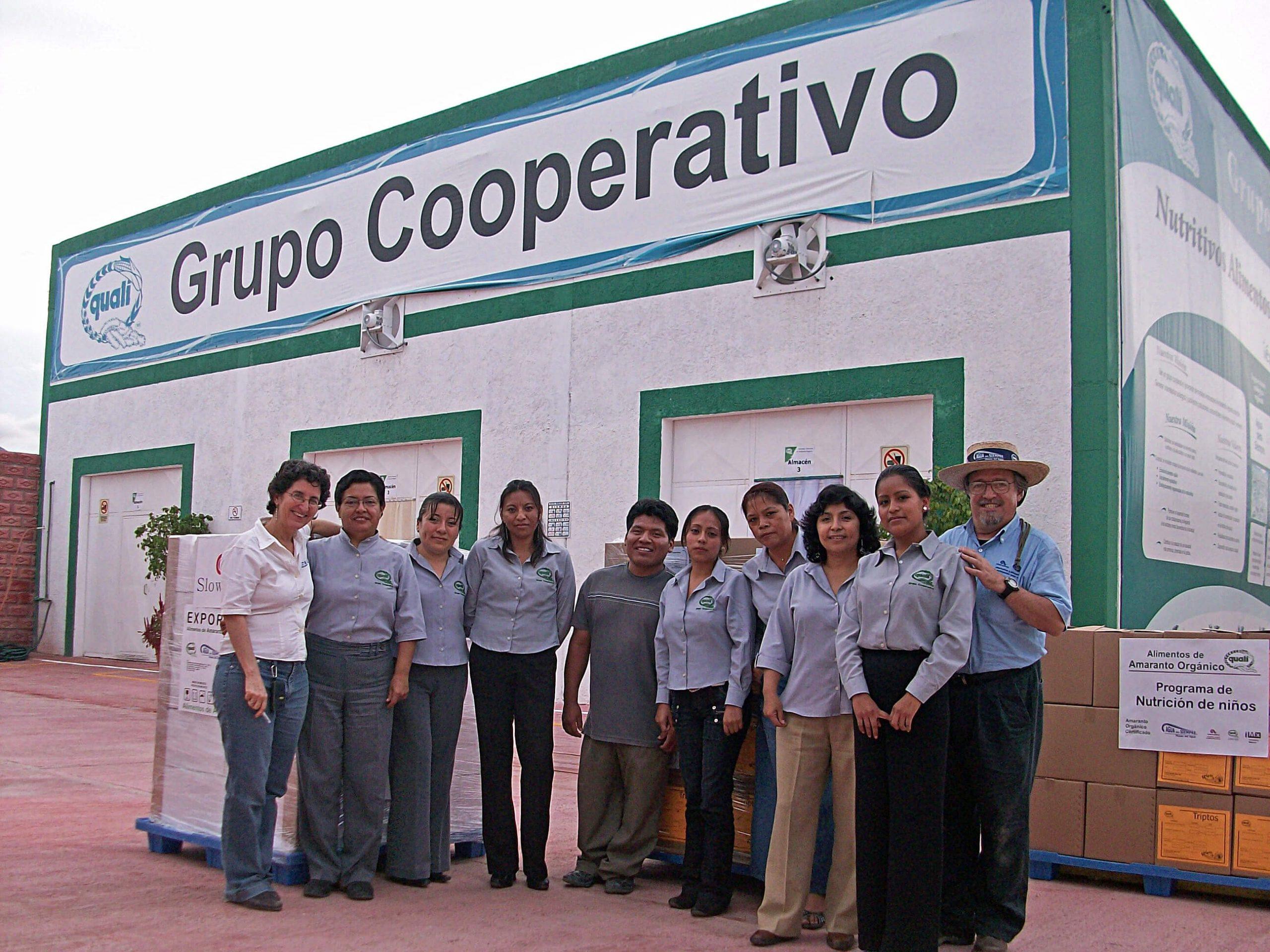 Frente a la agroindustria de Quali el equipo de ejecutivas de venta de Quali, despachando pedidos para exportación y para la nutrición infantil en la región. Foto: Grupo Cooperativo Quali