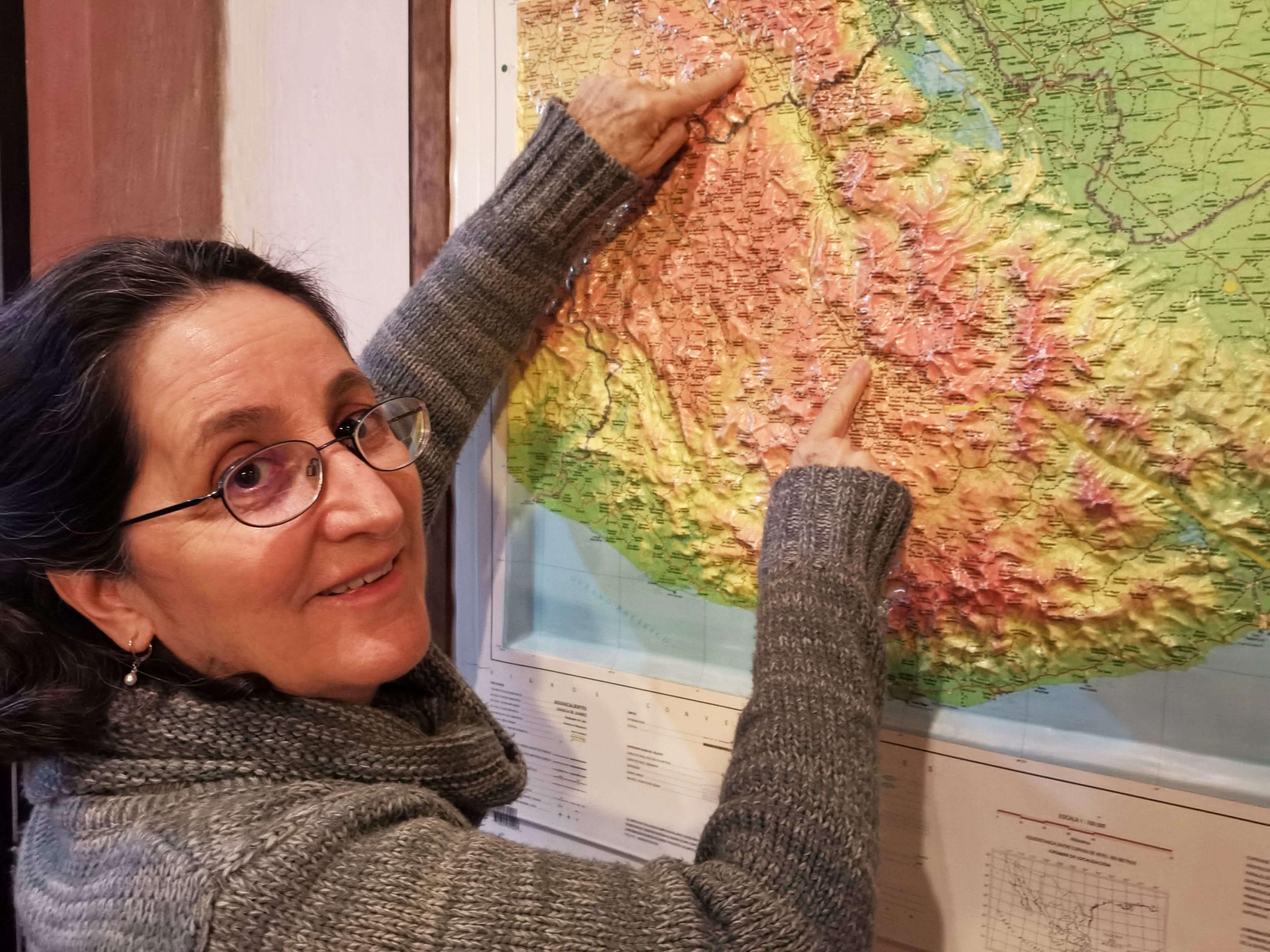 Gisela Herrerías muestra en el mapa la extensión de la región Mixteca-Popoloca en que trabajan. Foto: León Hernández